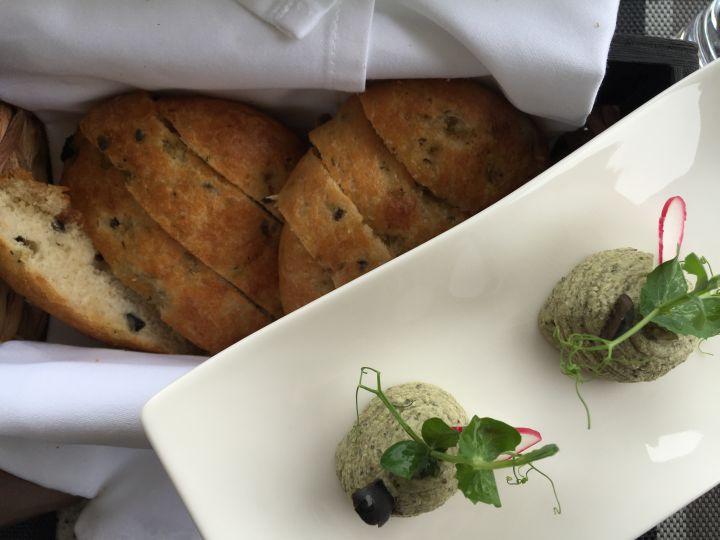 Focaccia alle olive e crema di olive