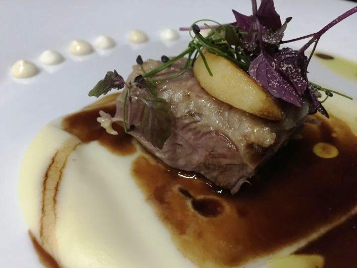 Guanciale di Vitello con crema di patate, mela glassata e salsa al terrano accompagnato da Terrano Kabola 2010