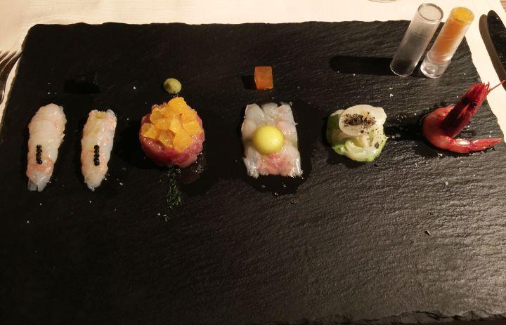 Tartara di tonno con arancia e finocchietto selvatico, sashimi di branzino, seppia cruda con crema di broccoli, scampo con caviale al nero di seppia e gambero