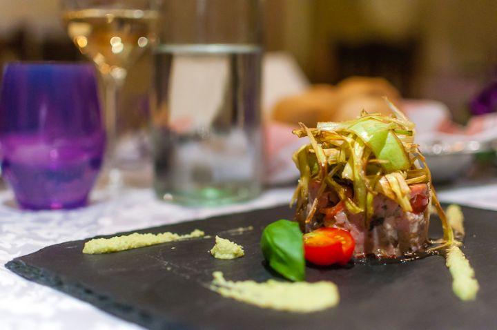 Hamburger di tonno con porro croccante e salsa wasabi