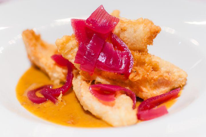 Tempura di triglia con crema di fagioli e cipolla rossa di Tropea in agrodolce