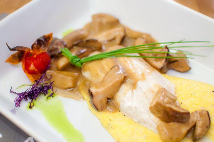 Branzino ripieno di scampi, con polenta di tartufo e porcini
