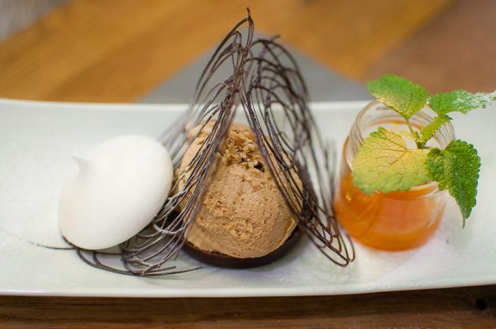 Torta al cioccolato con mousse alla nocciola e marmellata d'arancio