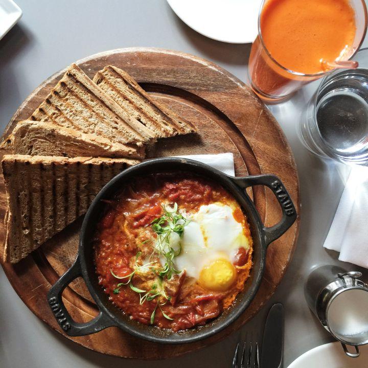Uova alla benedettina in salsa di pomodoro, cipolla e cumino