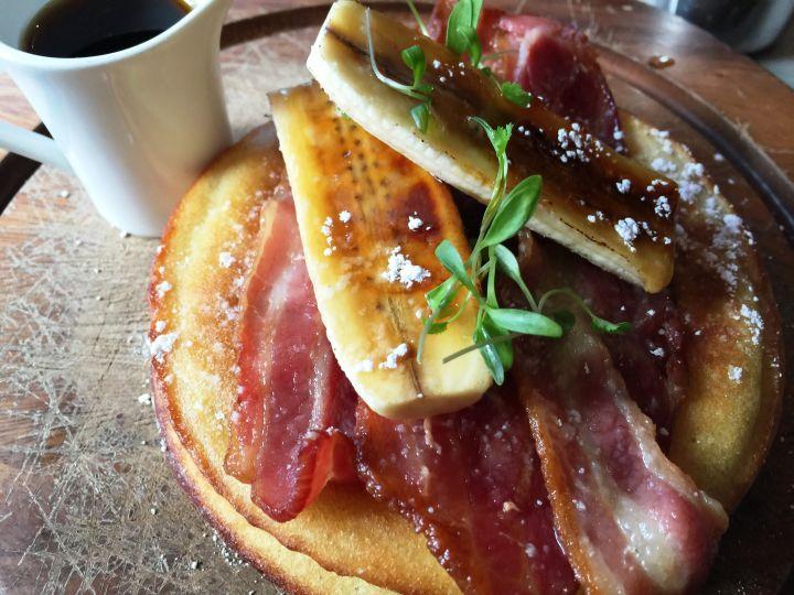 Pancake con pancetta, banana e sciroppo d'acero aromatizzato al rum