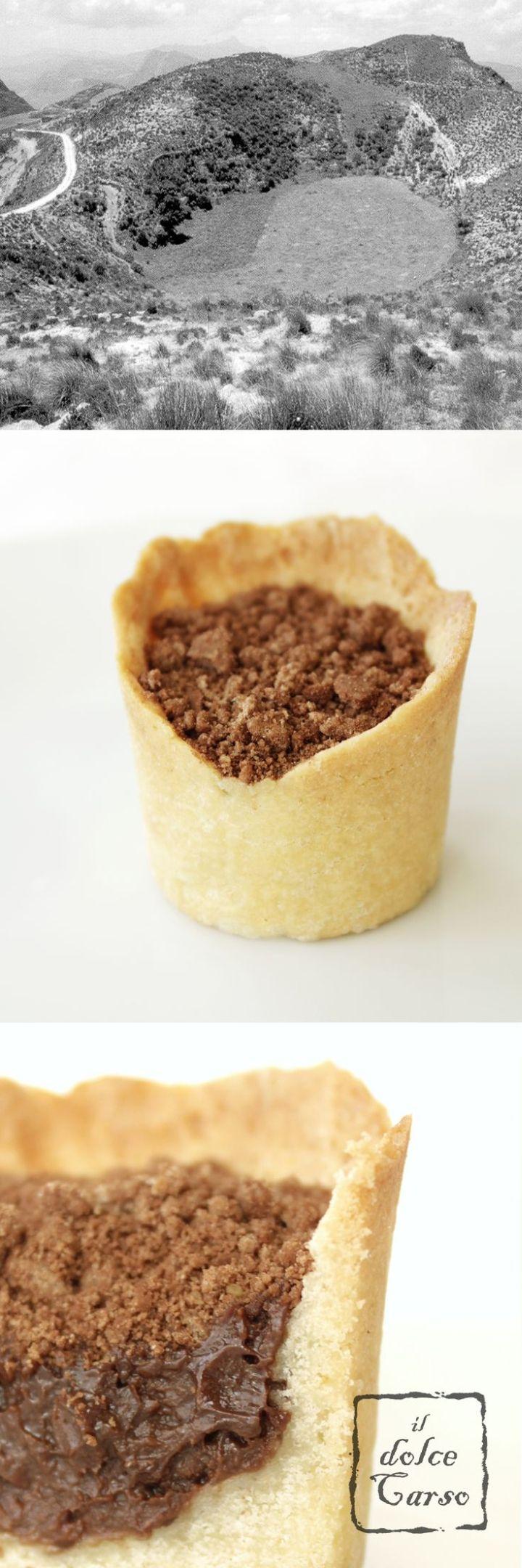 La dolina carsica in un biscotto con crema al cioccolato e biscotti sbriciolati come zolle di terra rossa