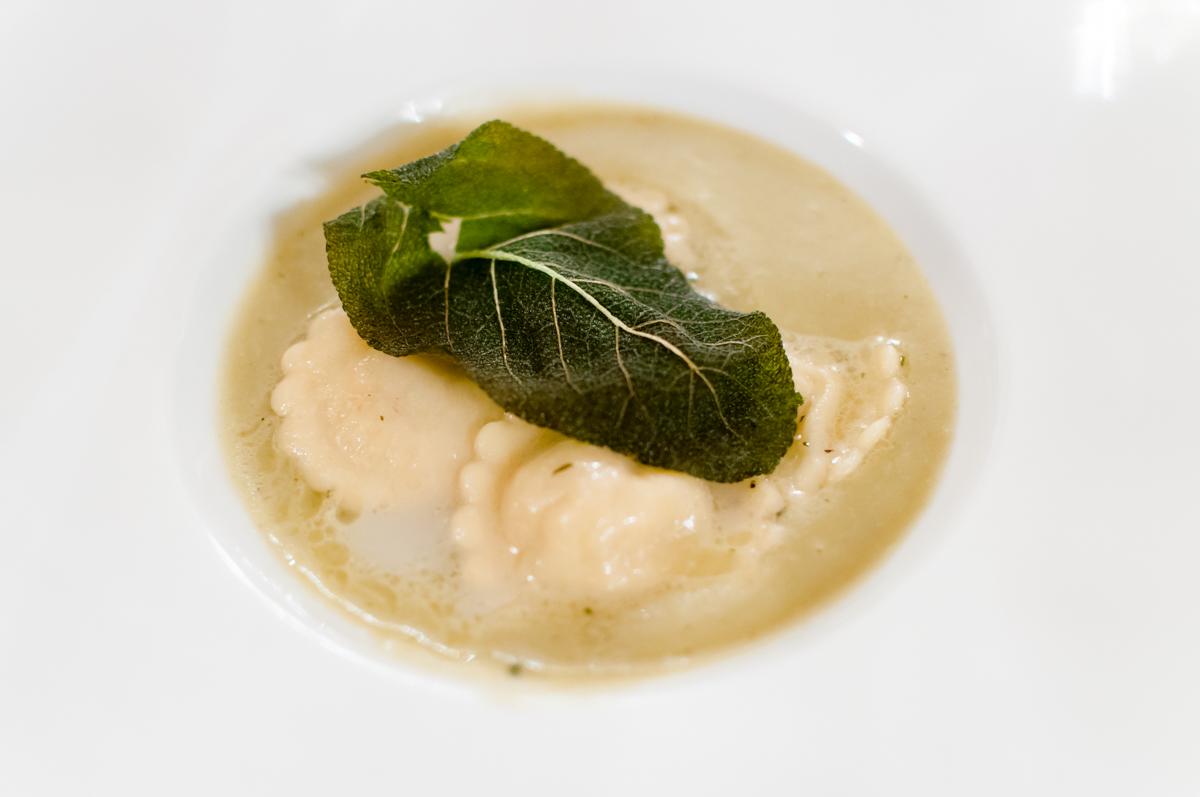 passatina alle erbe aromatiche con raviolini d'erba amara (balsamita) e salsina di Vitovska