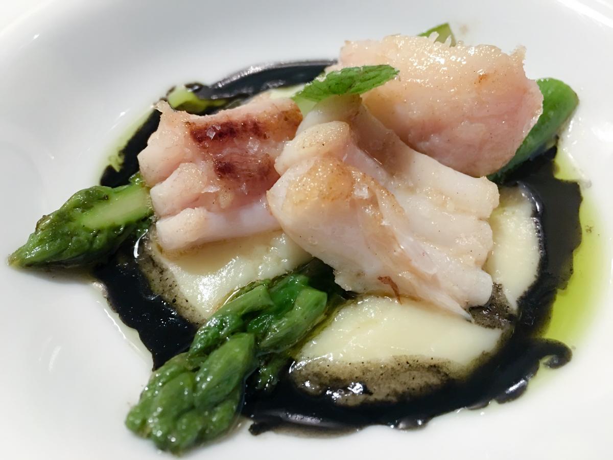 Filetto di pastinacca con asparagi e nero di seppia