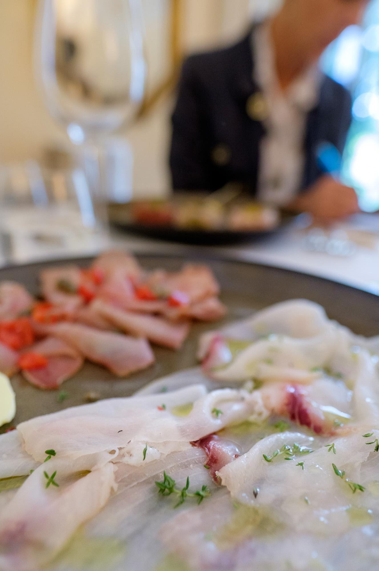 Il carpaccio: Pesce Spada, arancia, limone , olio e timo - Tonno, capperi, pomodoro pachino ed olio