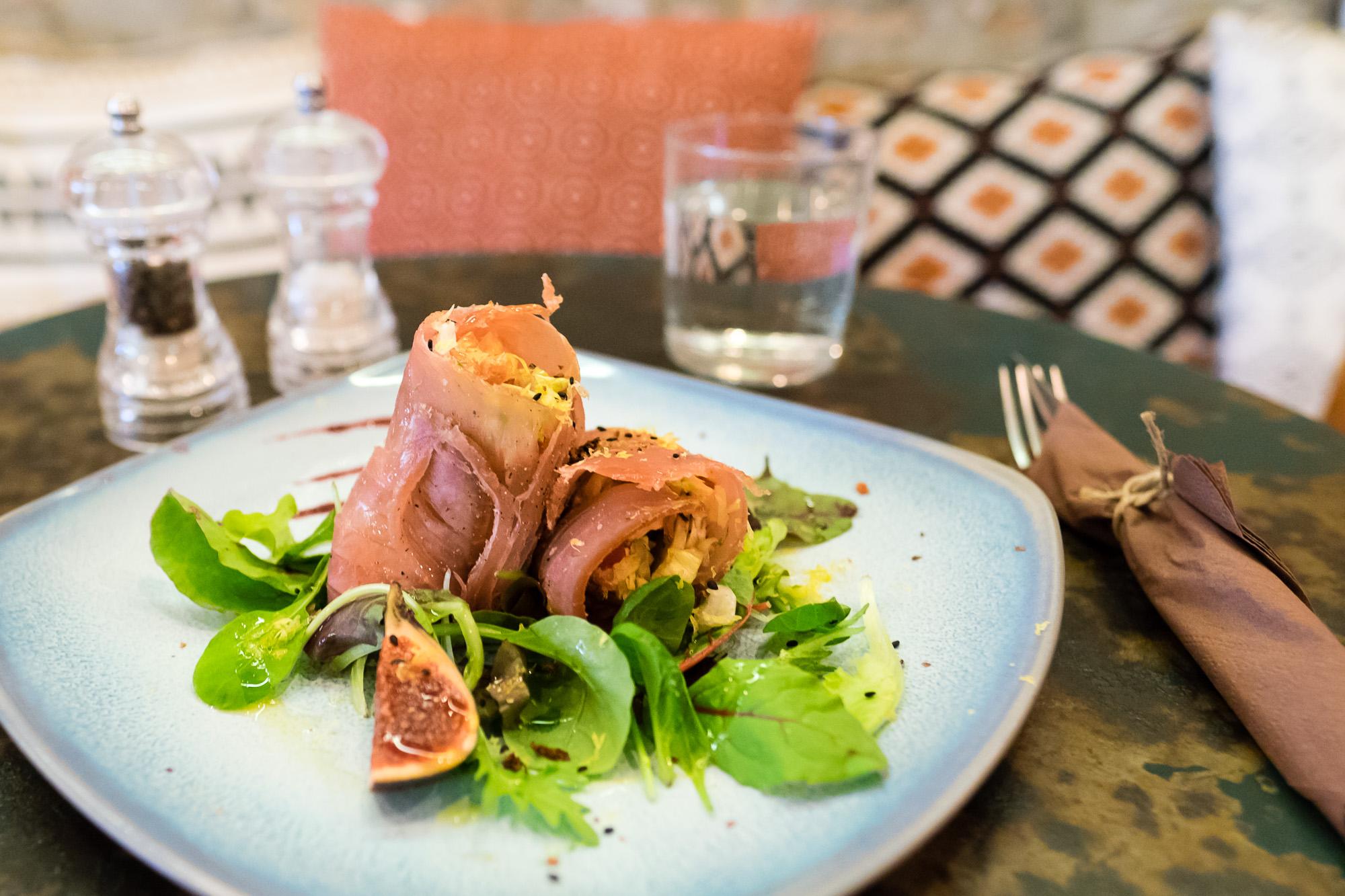 Wrap di tonno pinna gialla affumicato con ricotta raw di anacardi, insalatina Iceberg, funghi e zesta di lime
