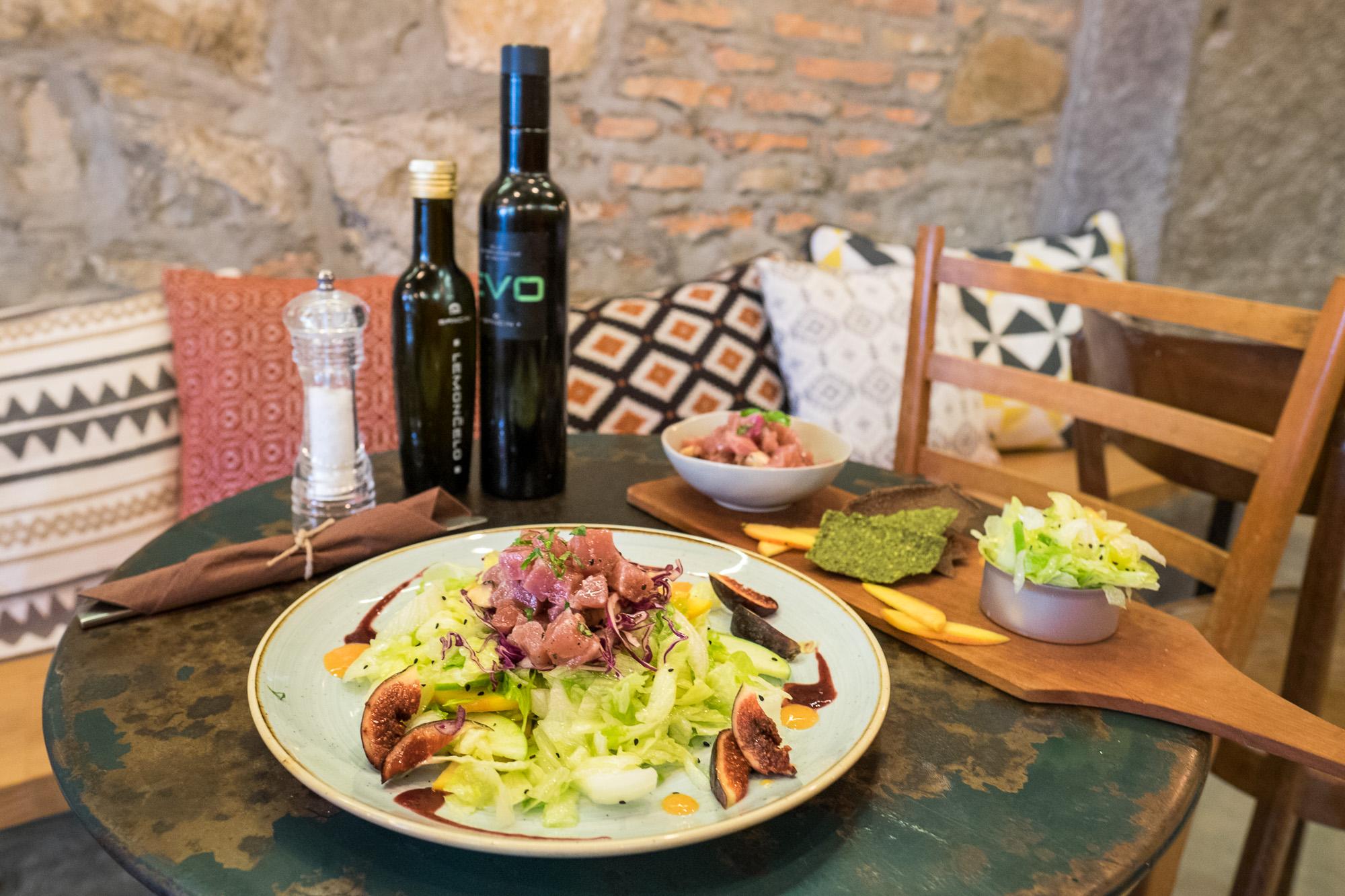 - Tartara di tonno pinna gialla con funghi champignon e crostini di porcini e basilico -Insalata di tonno con insalata Iceberg e frutta fresca
