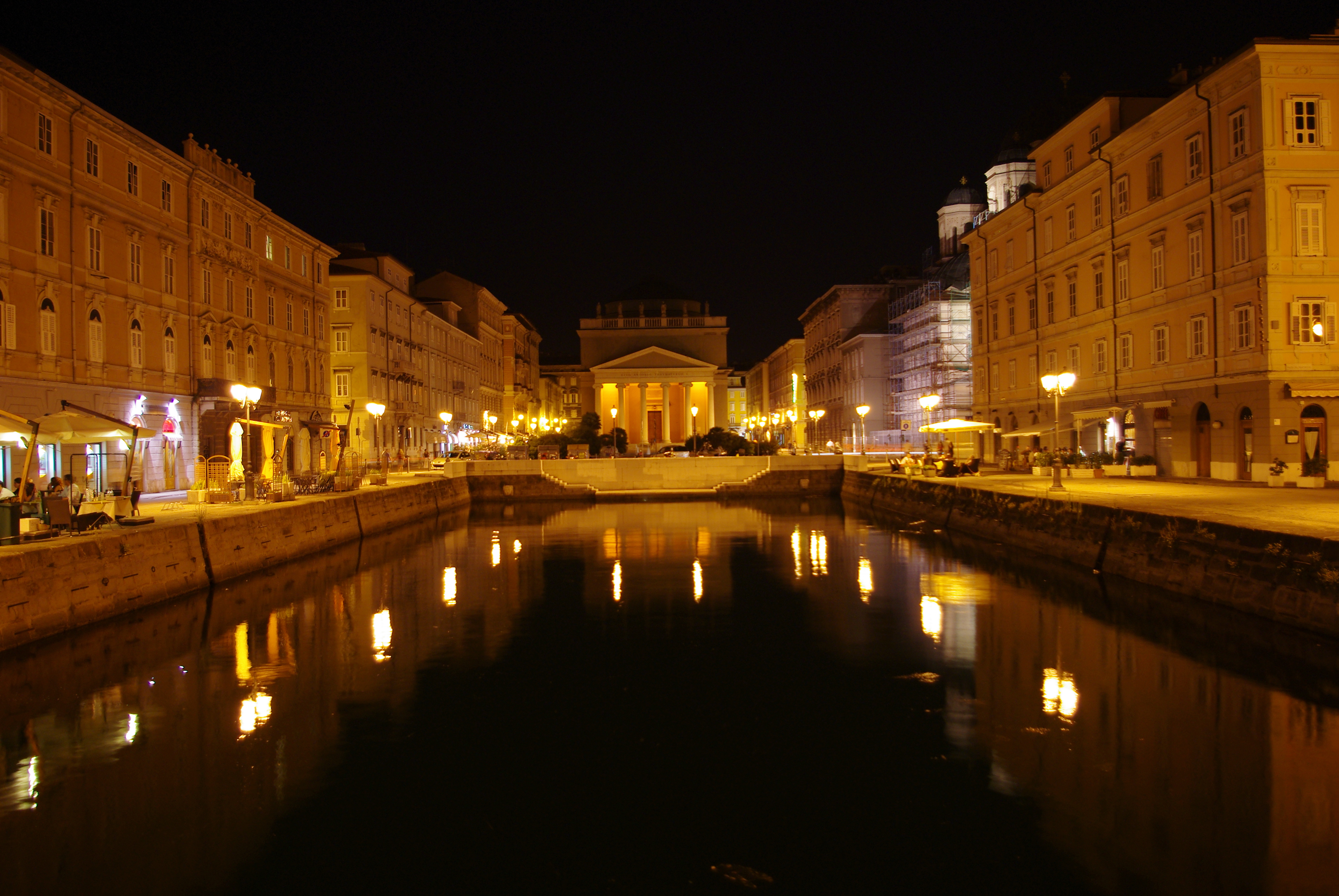 Canal_Grande_in_Trieste_at_night