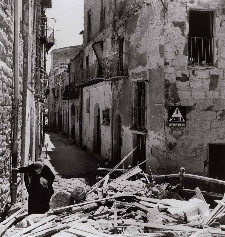 Anziana donna tra le rovine di Agrigento, 17-18 luglio 1943 - Photograph by Robert Capa. © International Center of Photography/Magnum – Collection of the Hungarian National Museum