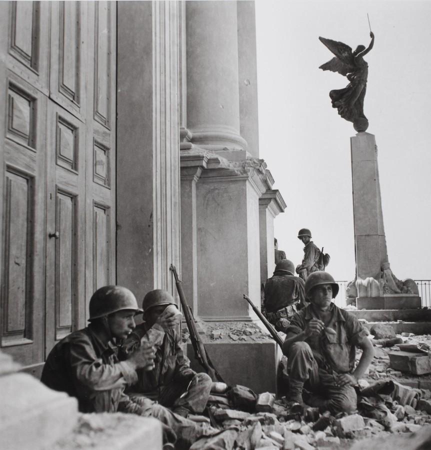 Soldati americani a Troina, nei pressi della cattedrale di Maria Santissima Assunta, dopo il 6 agosto 1943 - Photograph by Robert Capa. © International Center of Photography/Magnum – Collection of the Hungarian National Museum